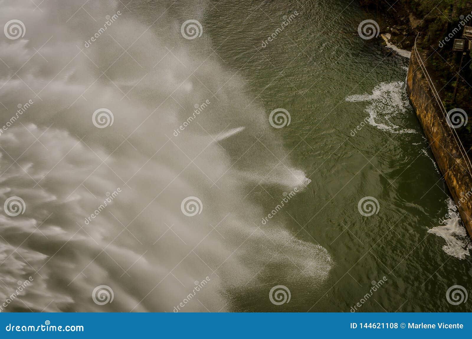 F?rd?mning av tr?sket av Aguilar de Campoo som urladdar vatten