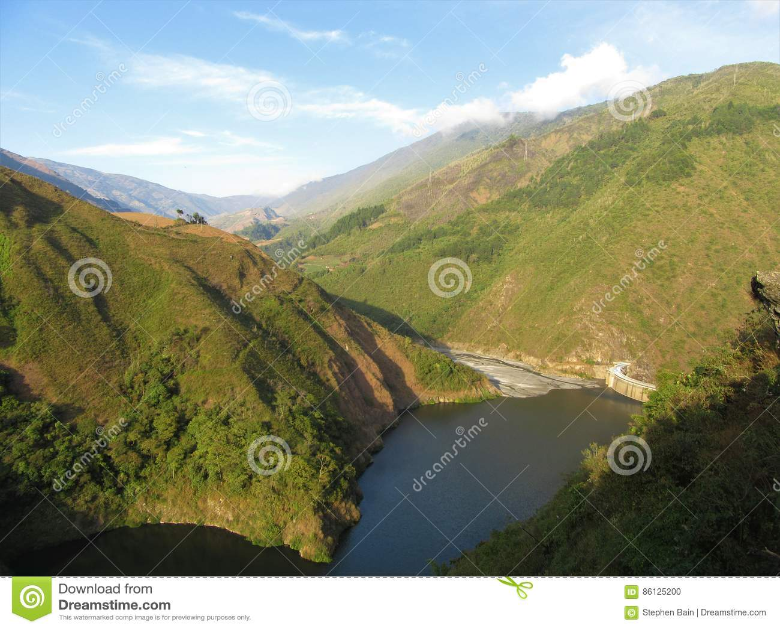Fördämning och behållare på den Santo Domingo floden i de Anderna bergen av Venezuela