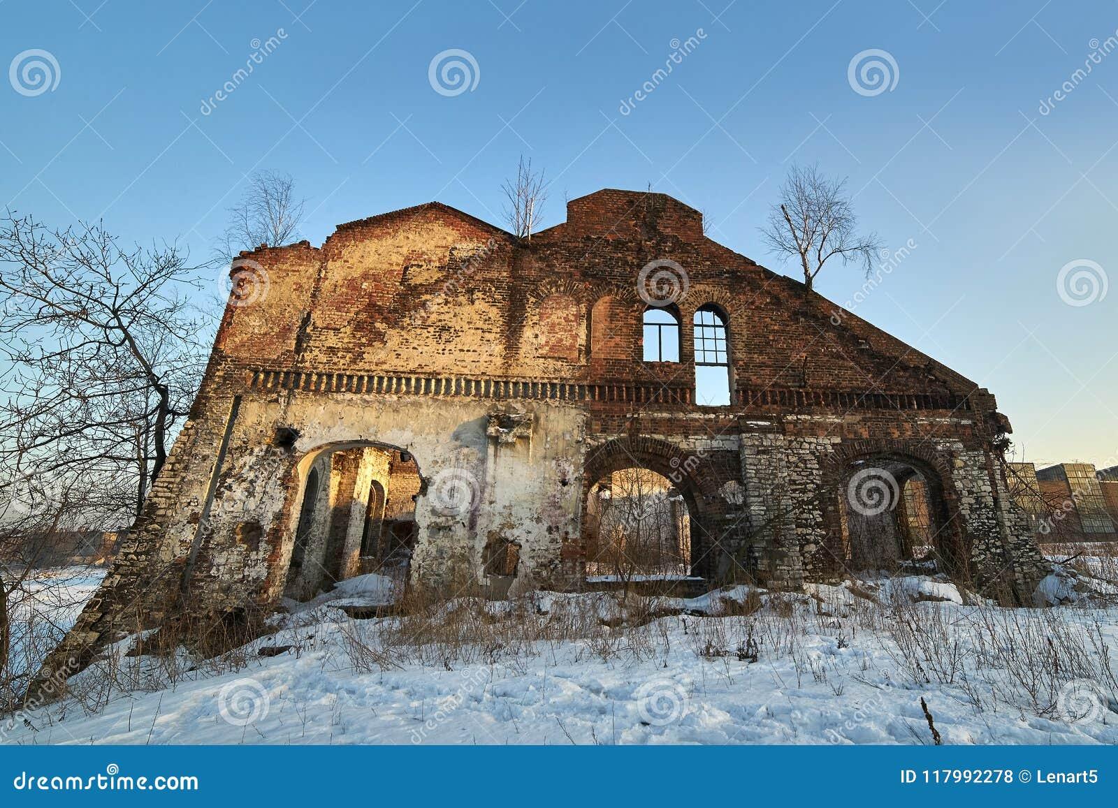 Fördärva av en gammal bostads- byggnad Skräckinjagande och illavarslande