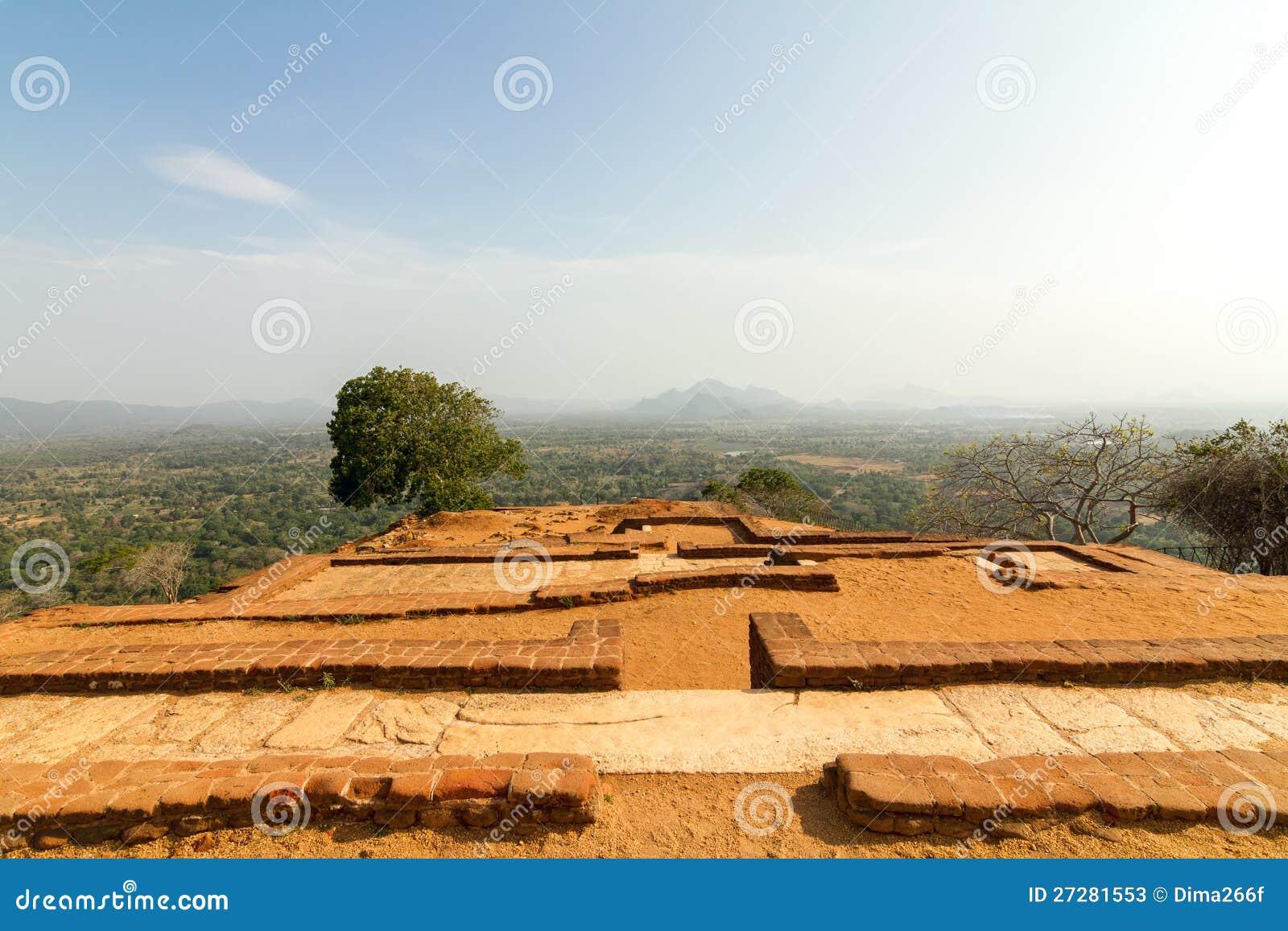 Fördärvar överst av den Sigiriya lion sens slott för rock
