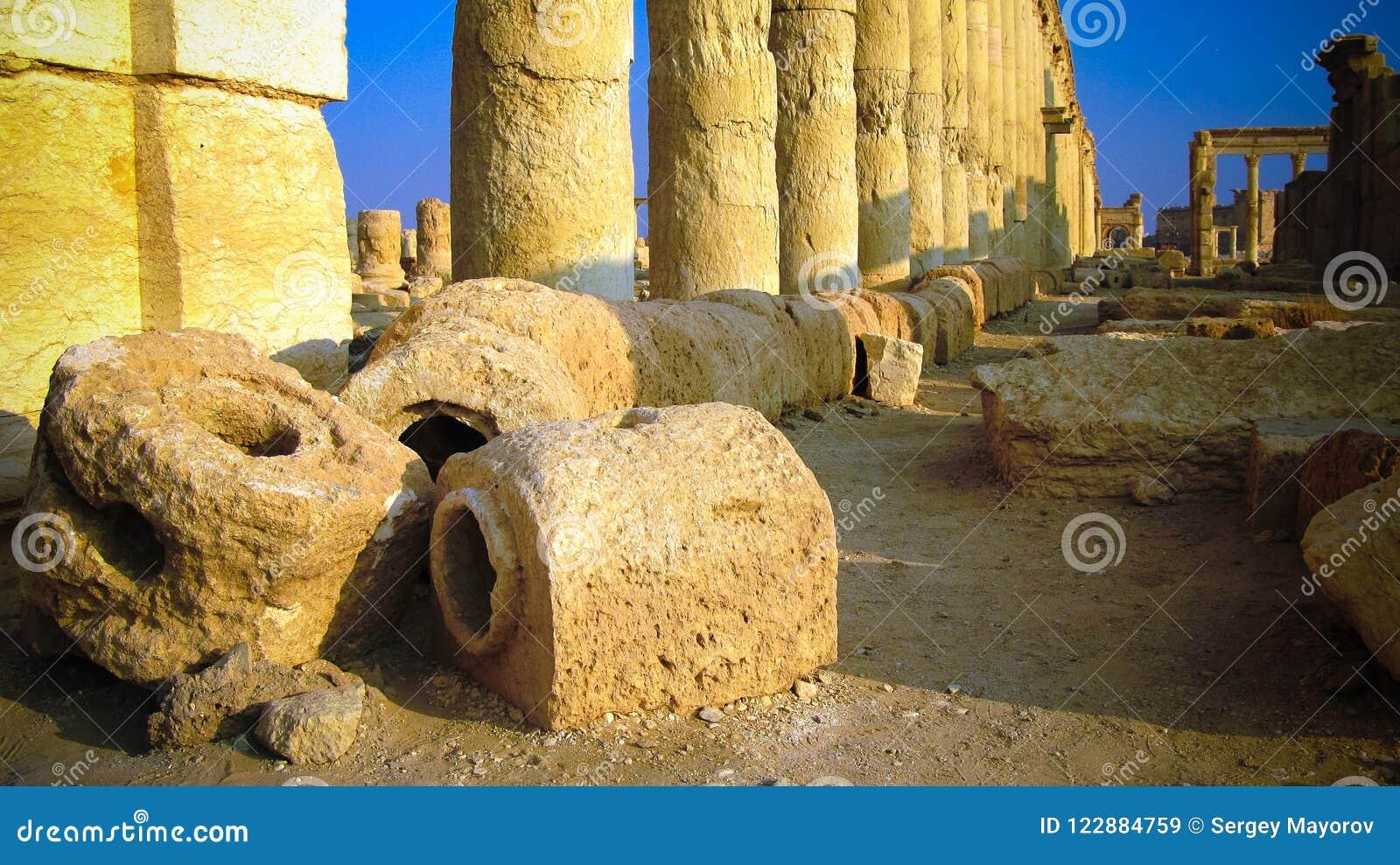 Fördärvar av den forntida akvedukten och Palmyrakolonner, den forntida staden som nu förstörs, Syrien