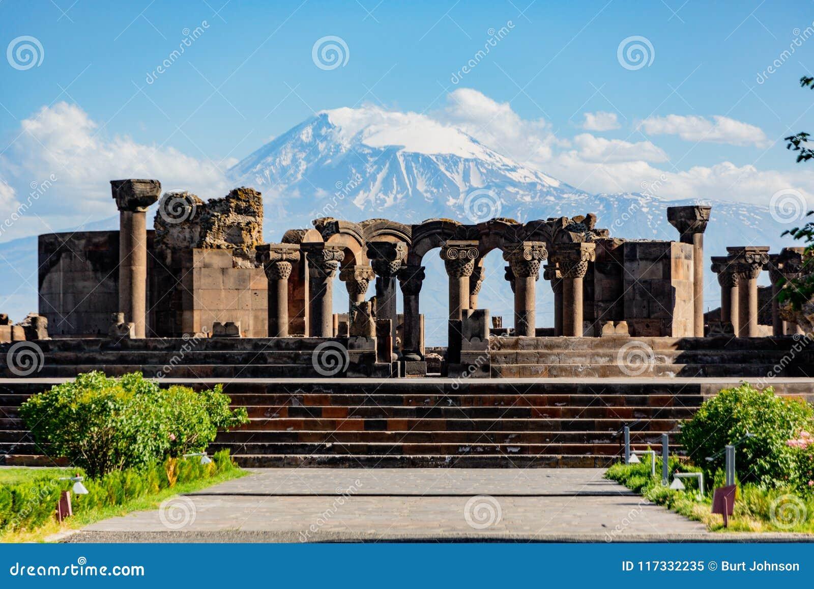Fördärvar av den Zvartnos templet i Yerevan, Armenien