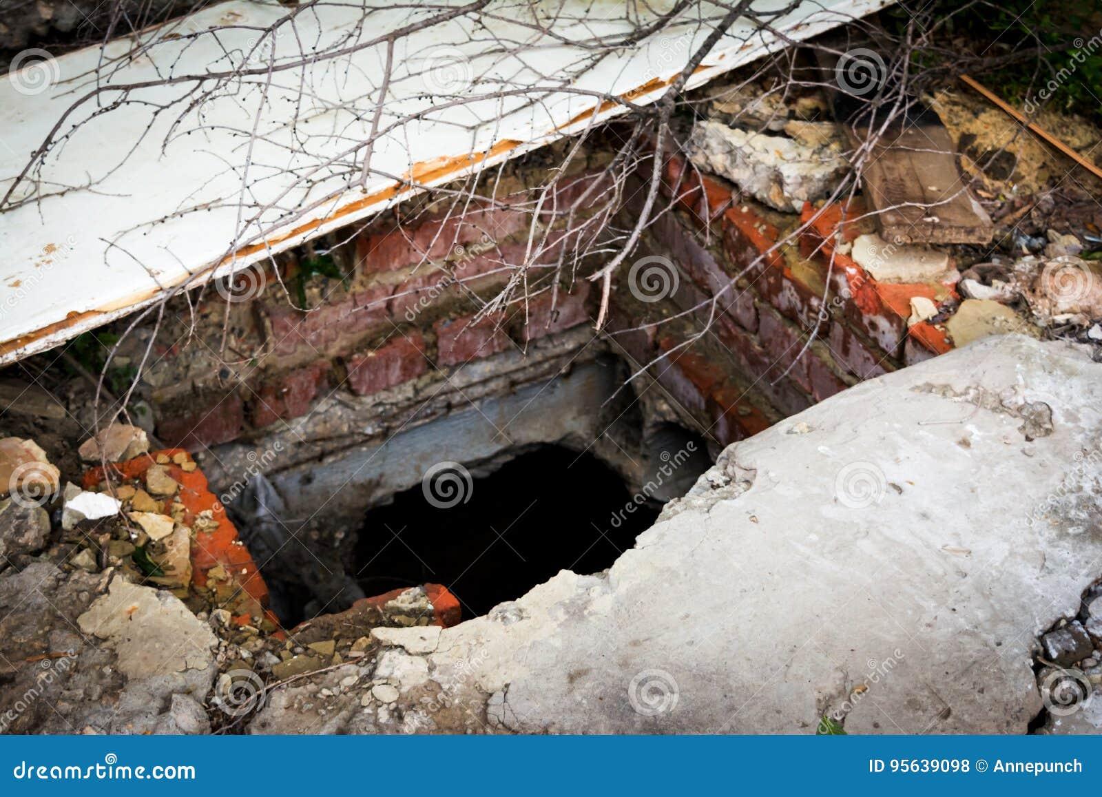 Fördärvar av förstört hus Övergiven jord- källare