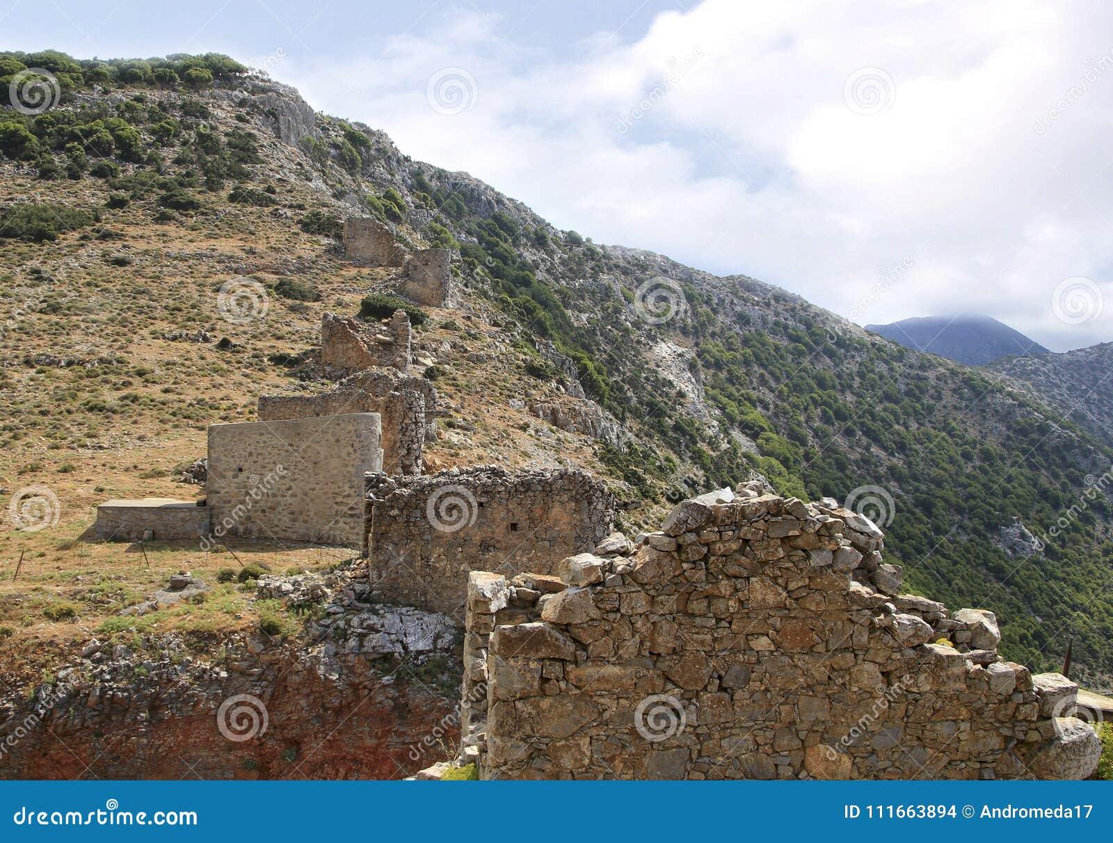 Fördärvar av forntida Venetian väderkvarnar som byggs i det 15th århundradet, den Lassithi platån, Kreta, Grekland