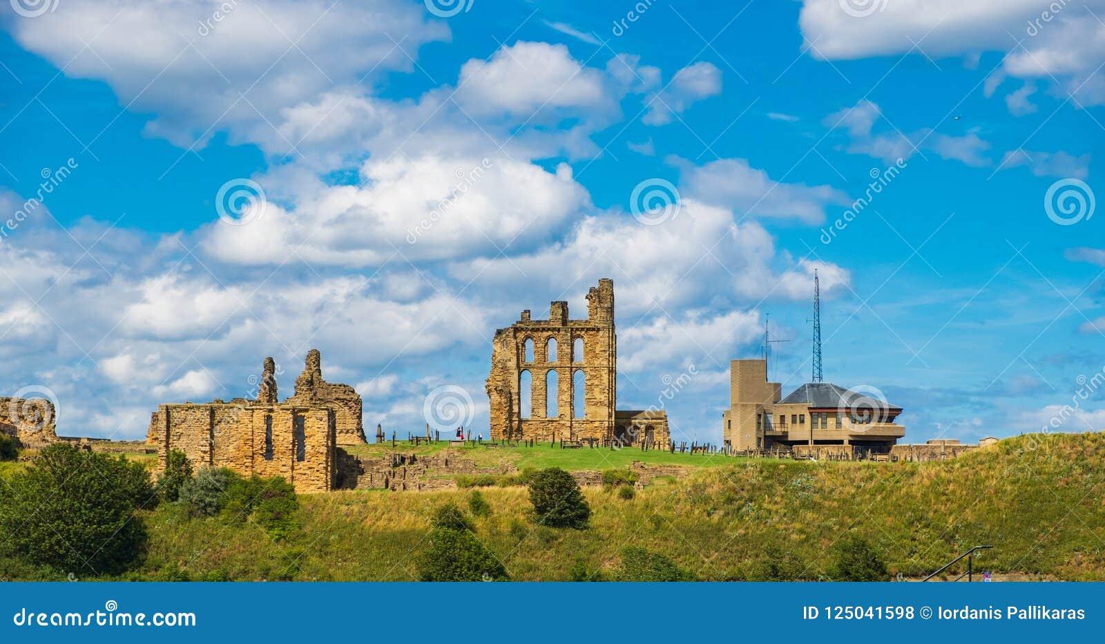 Fördärvar av medeltida Tynemouth priorskloster och slotten, UK
