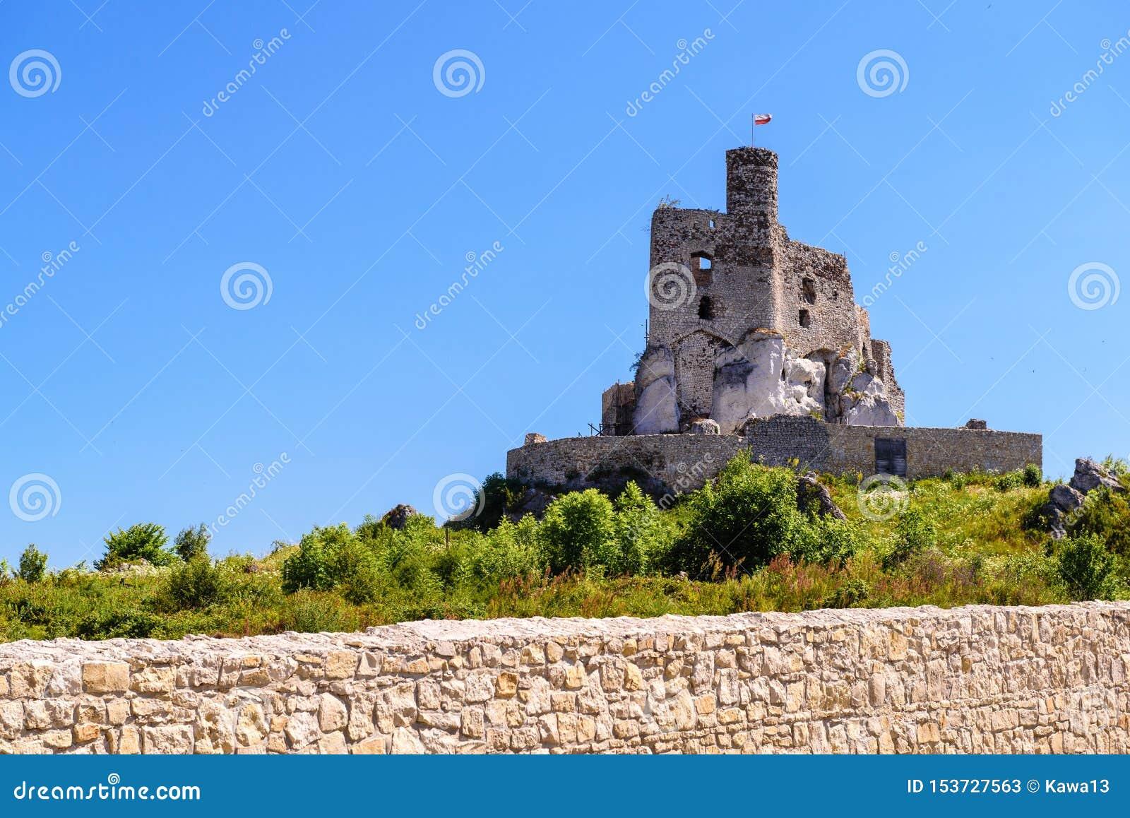 Fördärvar av slott i Mirow by, en av de medeltida slottarna som kallas Eagles som reden skuggar