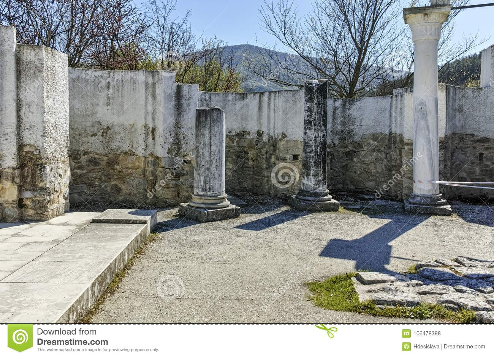 Fördärvar av tidigt den 10th århundraderundakyrkan av St John nära huvudstaden av den första bulgariska välden stora Preslav