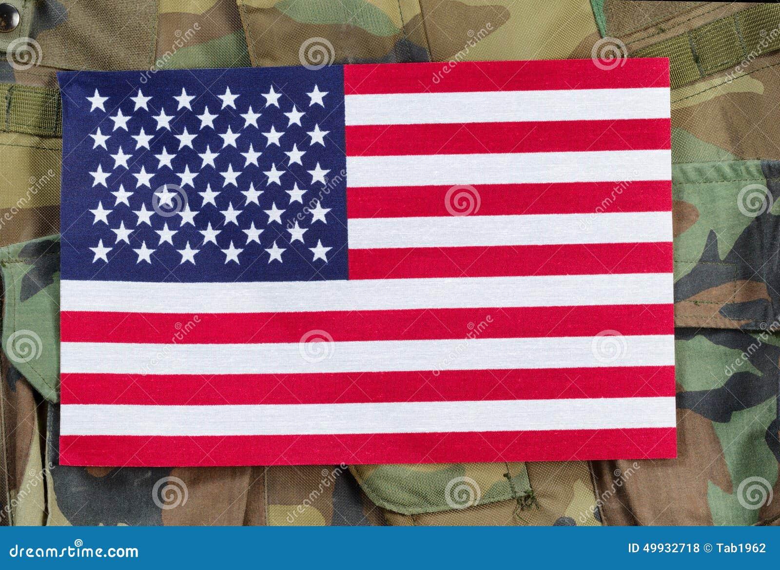 Förenta staternaflagga med militär bakgrund
