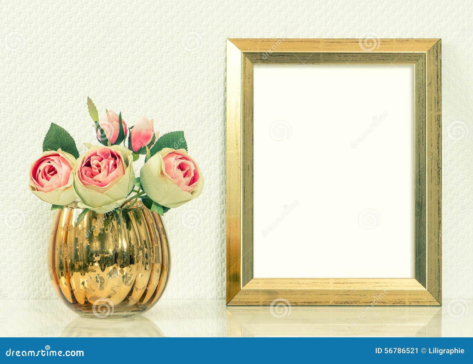 Föreställa modellen med den guld- ramen och steg blommor Tappningobjec