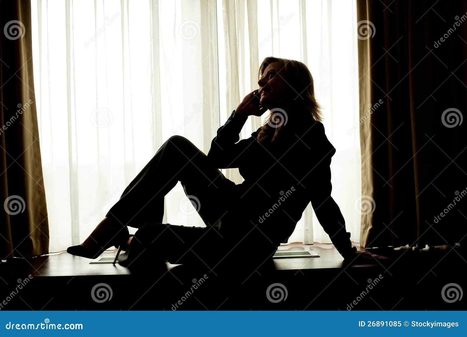 Företags kvinna som poserar i stil