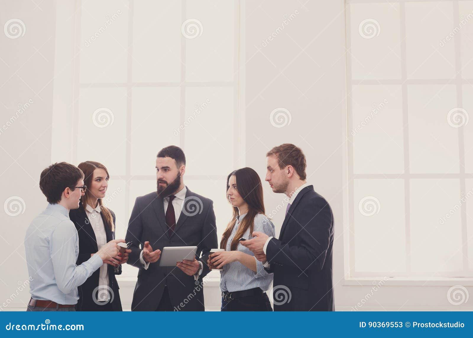 Företags möte i regeringsställning, affärsfolk med kopieringsutrymme