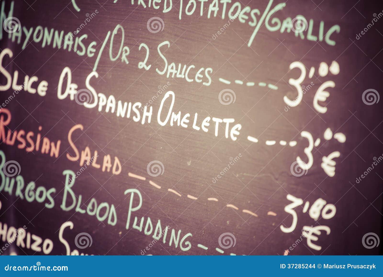 Förgrund av en affisch av menyn i en typisk spansk restaurang, Sevilla, Andalusia, Spanien