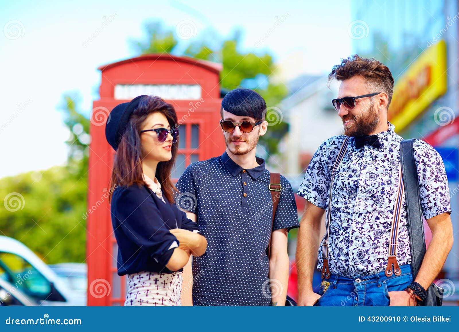 Download Förhållande För Ungdomkultur, Vänner På Gatan Arkivfoto - Bild av mode, färgrikt: 43200910