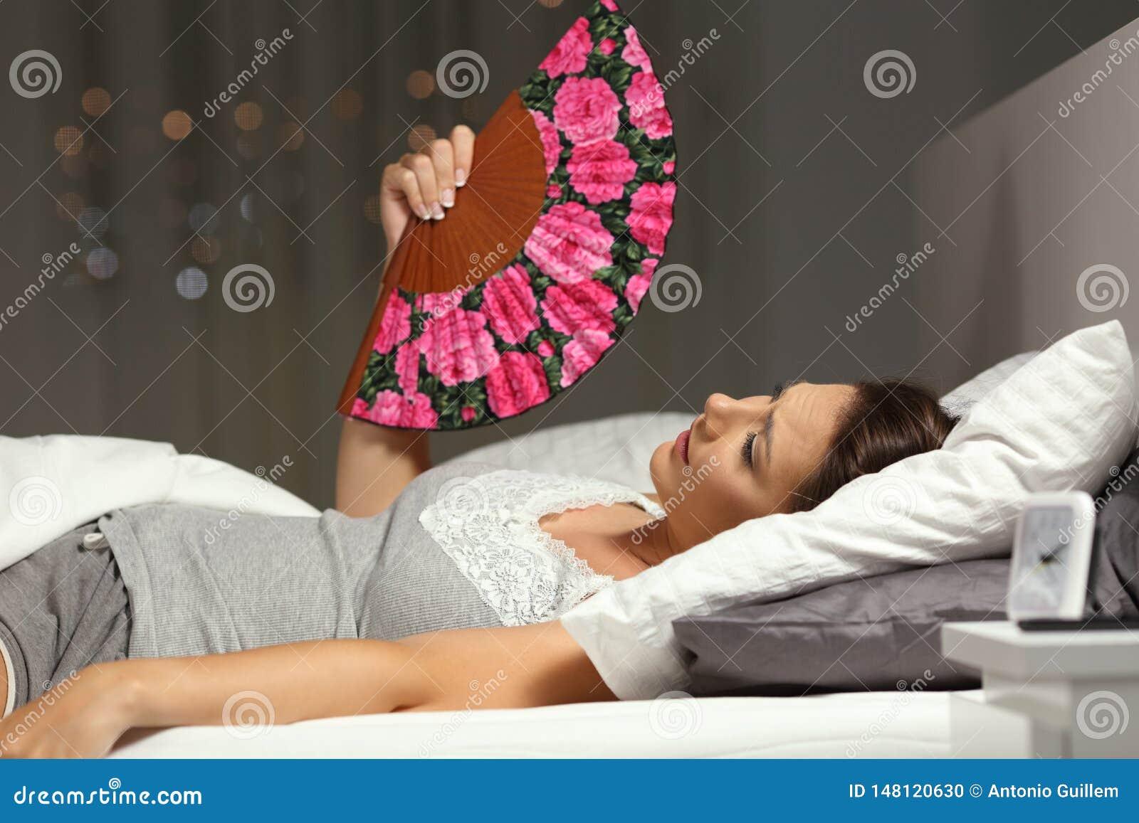 Förkrossad kvinna som fläktar lidandevärmeslaglängden