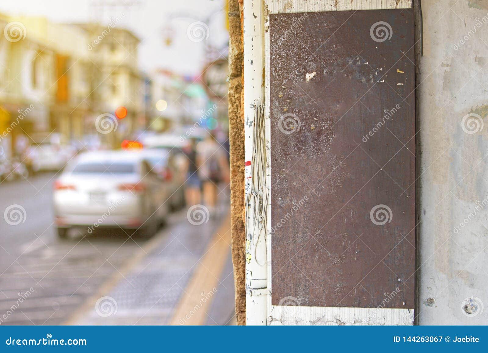 Förlöjliga av rostig metalltappning shoppar upp teckenbrädet med tomt utrymme, utomhus- tecken för klassisk stil att tillfoga för
