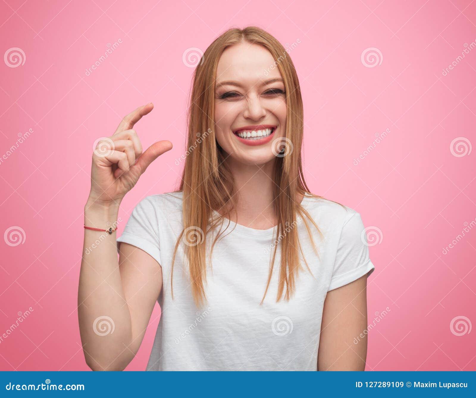 Förlöjliga kvinnan som visar mycket litet format