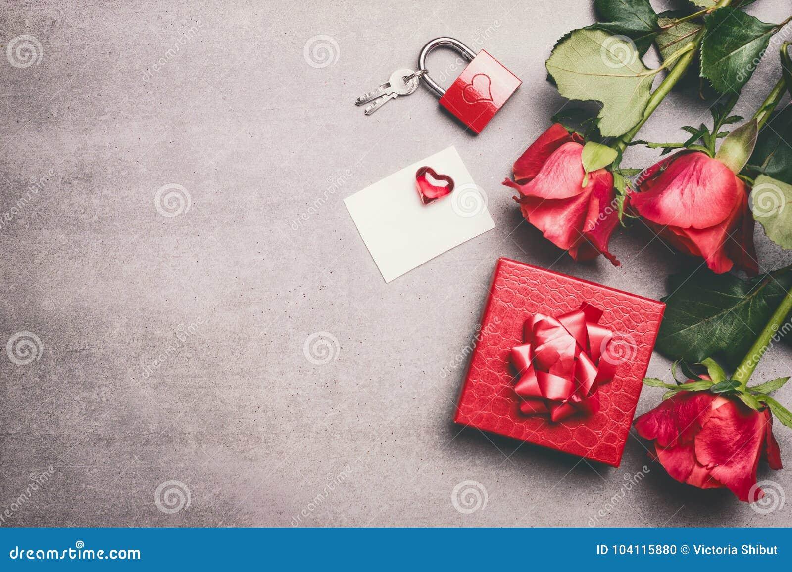Förlöjliga upp för att hälsa för moderdag, födelsedag eller valentindag Den röda gåvaasken, bandet, rosor samlar ihop, tom vitbok