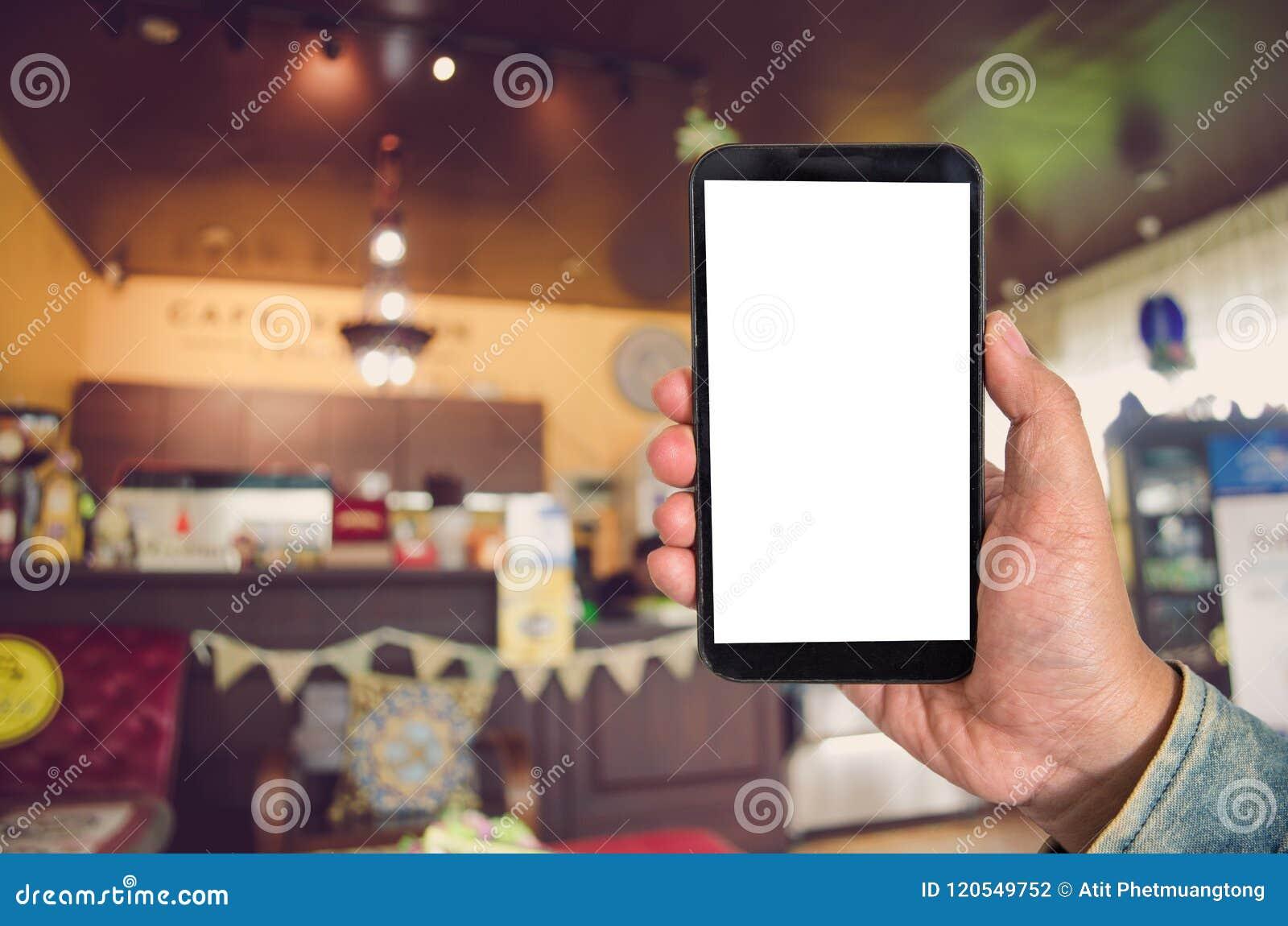 Förlöjliga upp smartphonen för den tomma skärmen i shoppinggalleriabakgrund av b