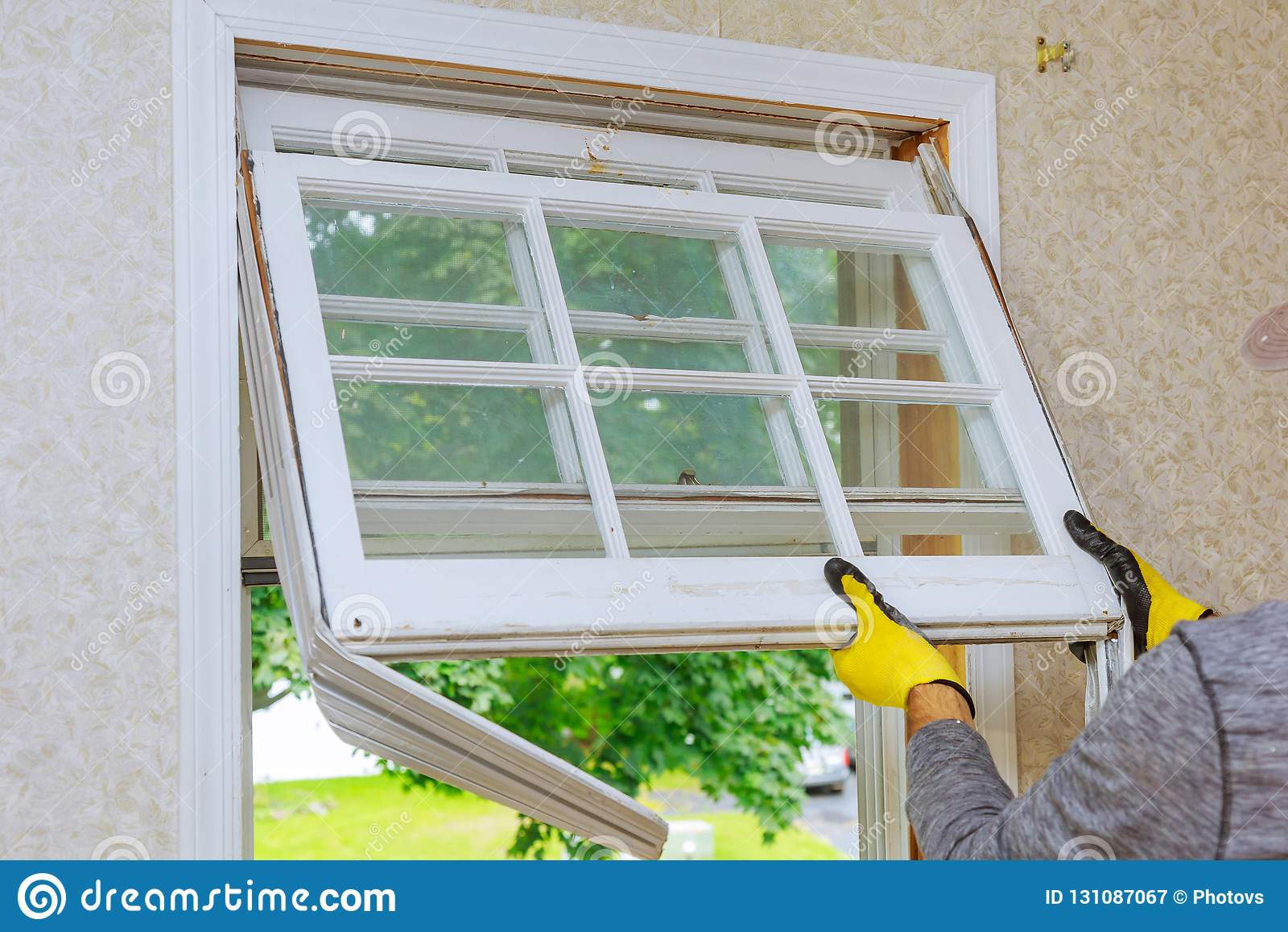 Förlagen tar bort gamla hem- reparationer, utbytesfönster