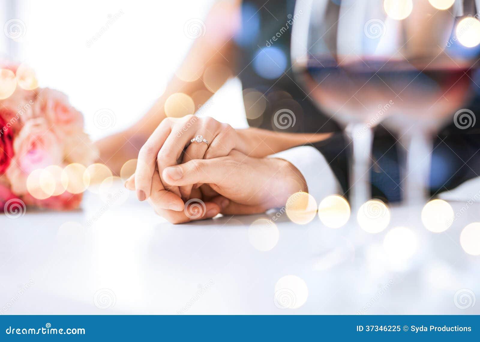 Förlovade par med vinexponeringsglas