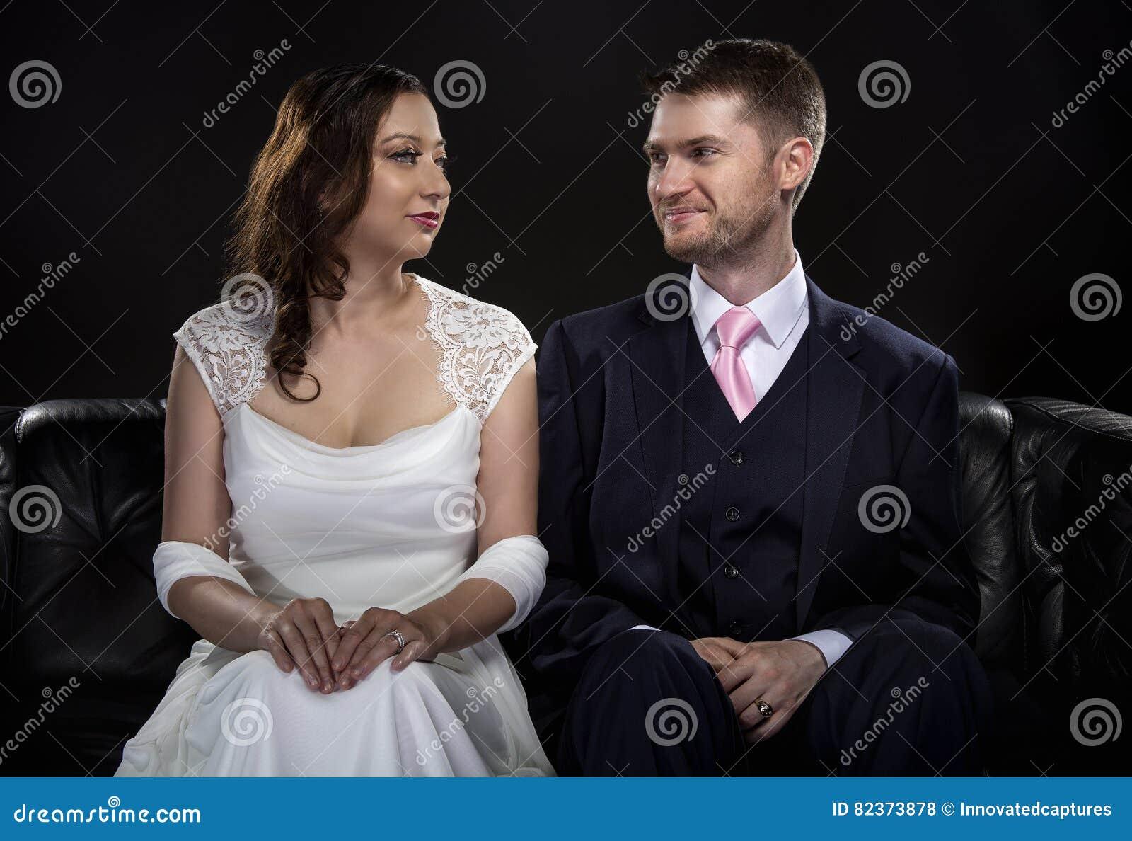 Förlovade par som modellerar Art Deco Style Wedding Suit och klänningen