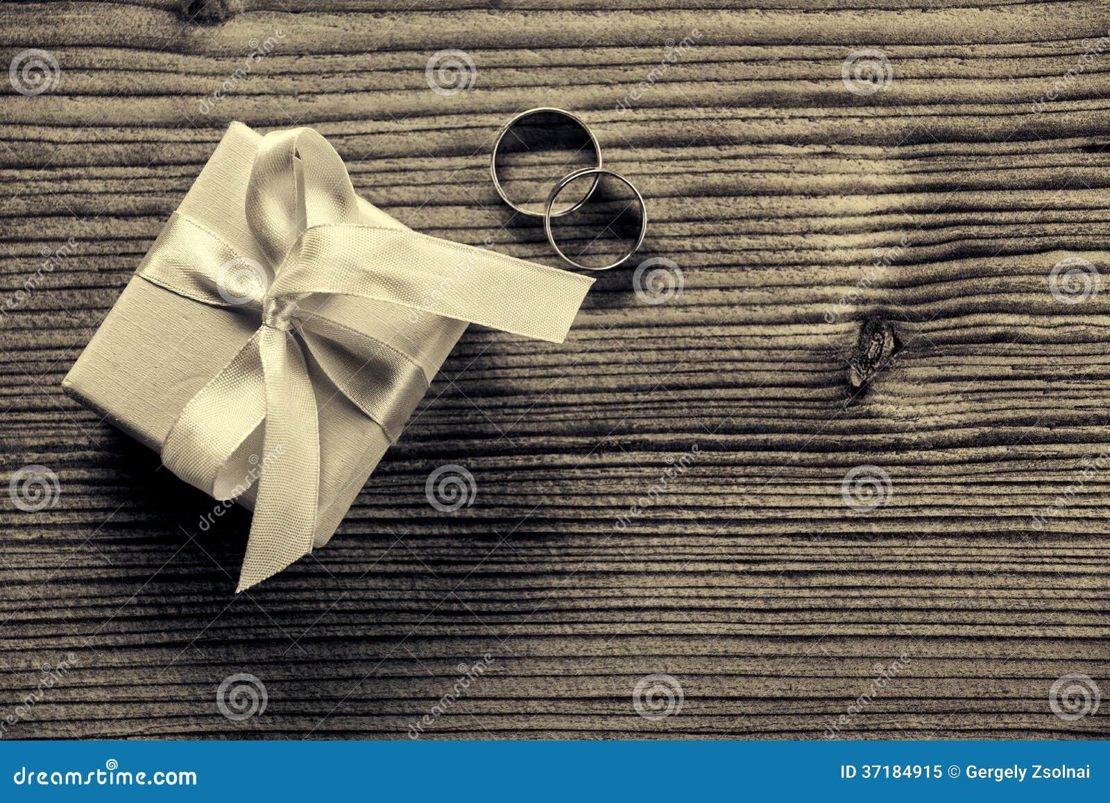 Förlovningsring med gåvaasken - wood bakgrund