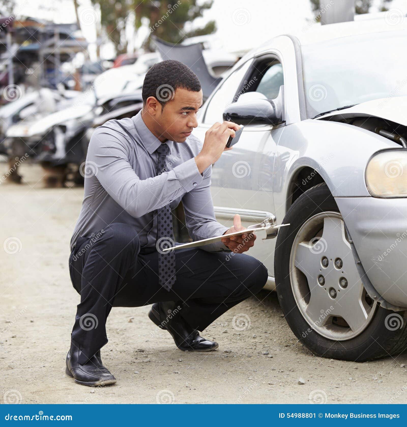Förlustregulator som tar fotografiet av skada till bilen