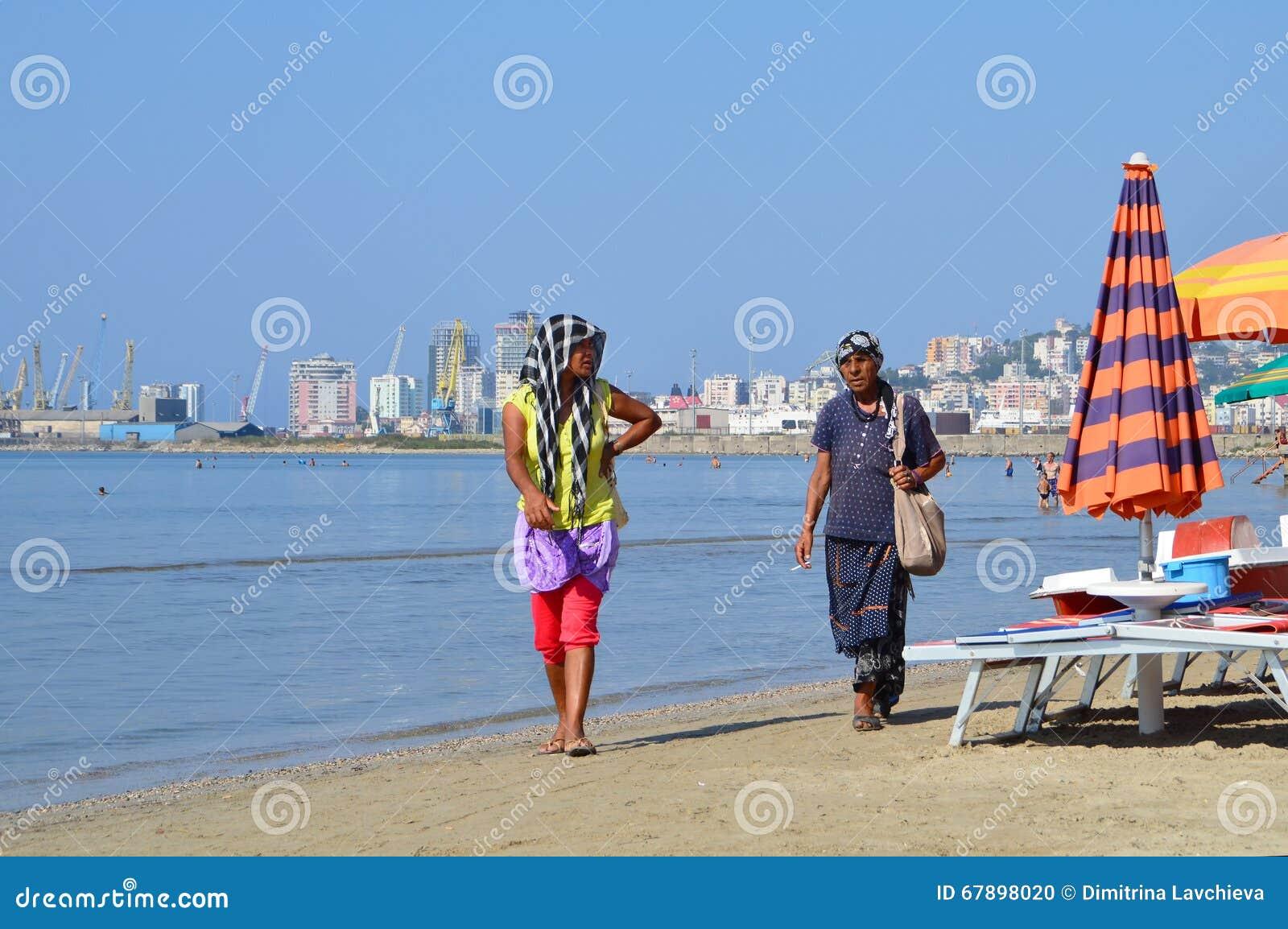 Förmögenhet-mer högväxt zigenska kvinnor gör deras uppehälle på stranden av Durres, Albanien