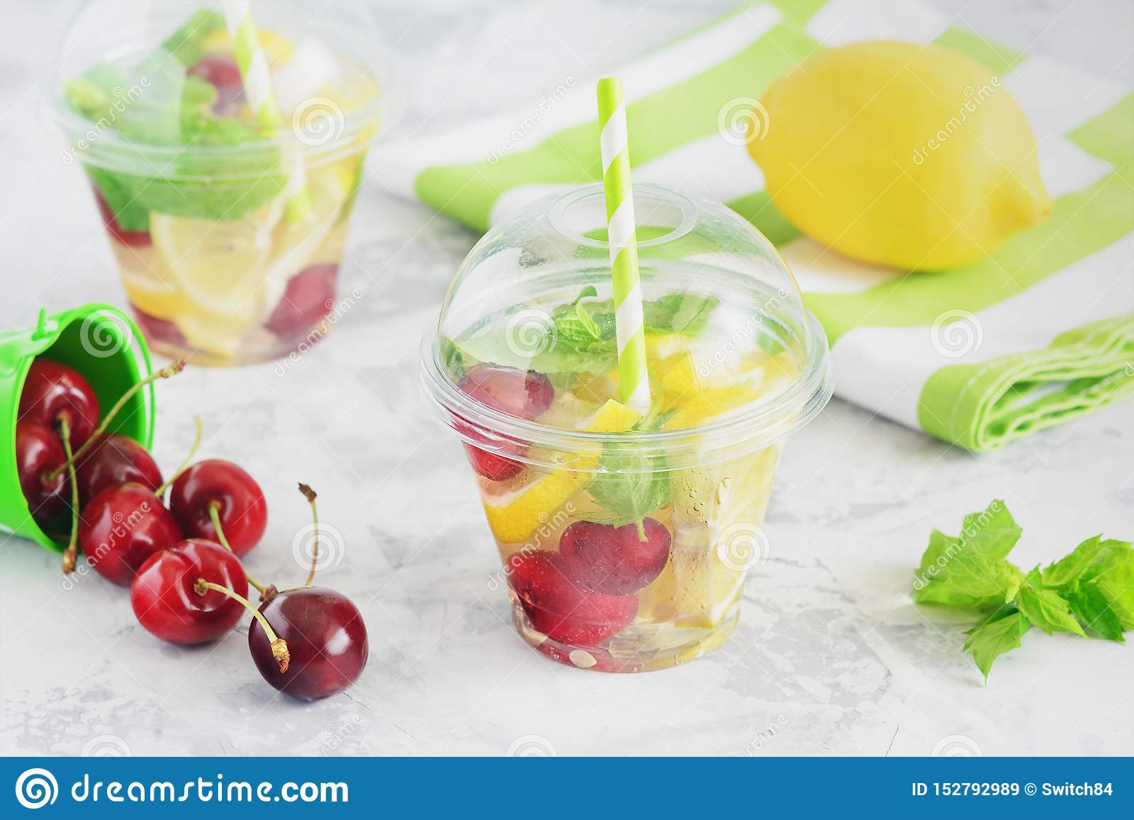 Förnyande fruktvatten med citrusa Berry Mint