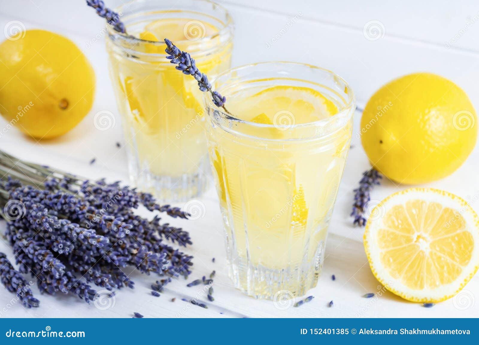 Förnyande lavendellemonad i exponeringsglas på vit träbakgrund