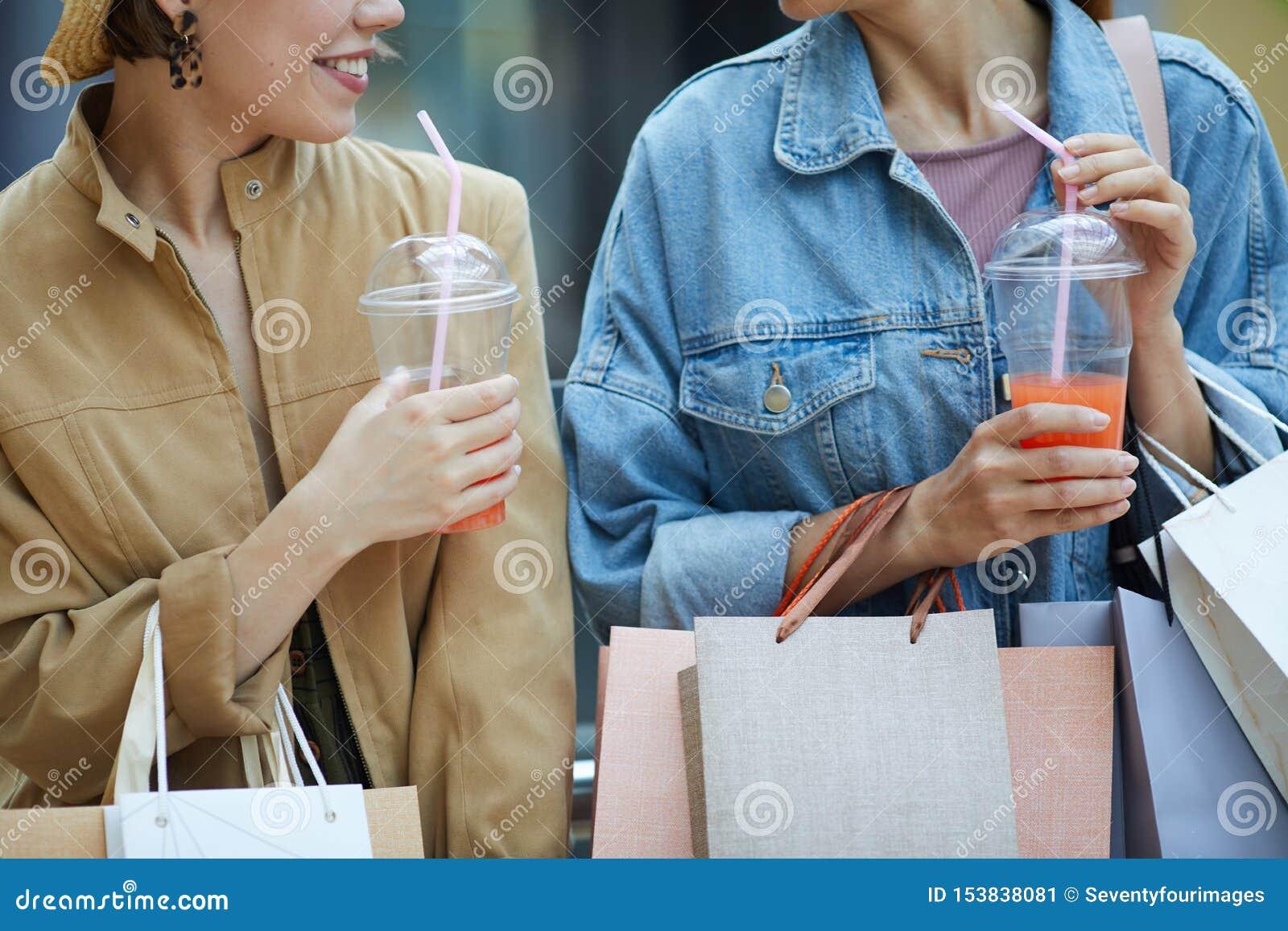 Förnyande sommarcoctailar under shopping