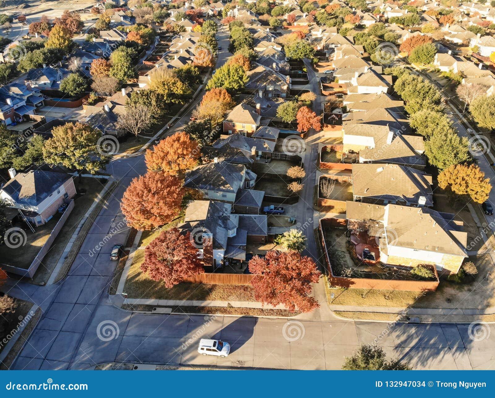 Förorts- bostads- grannskap för bästa sikt med den färgrika nedgången fo