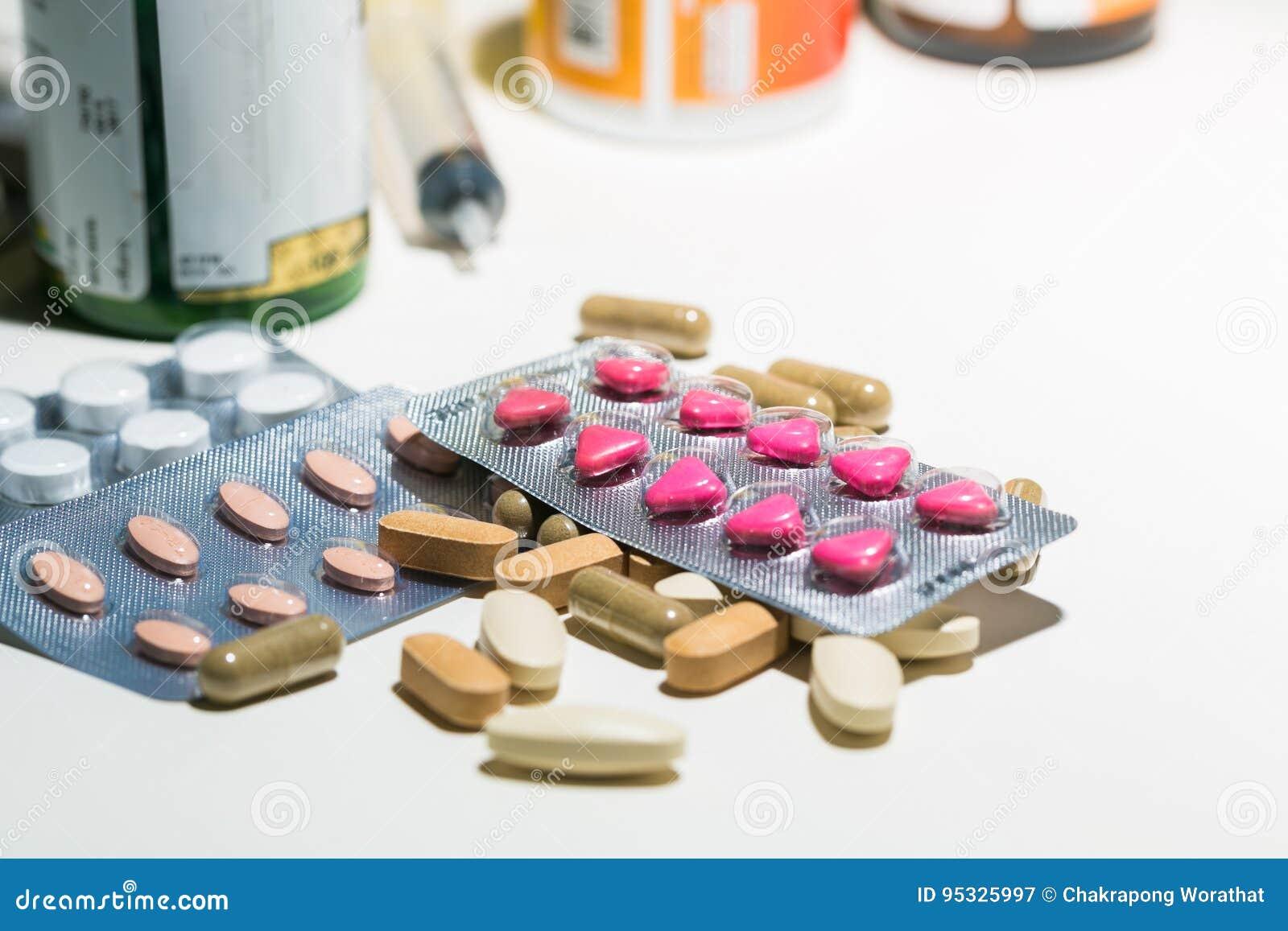 Förpacka av minnestavlor och preventivpillerar på tabellen Medicin