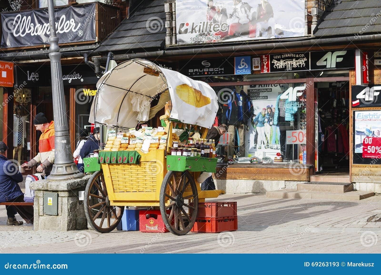 Försäljningar av Oscypek på den Krupowki gatan i Zakopane