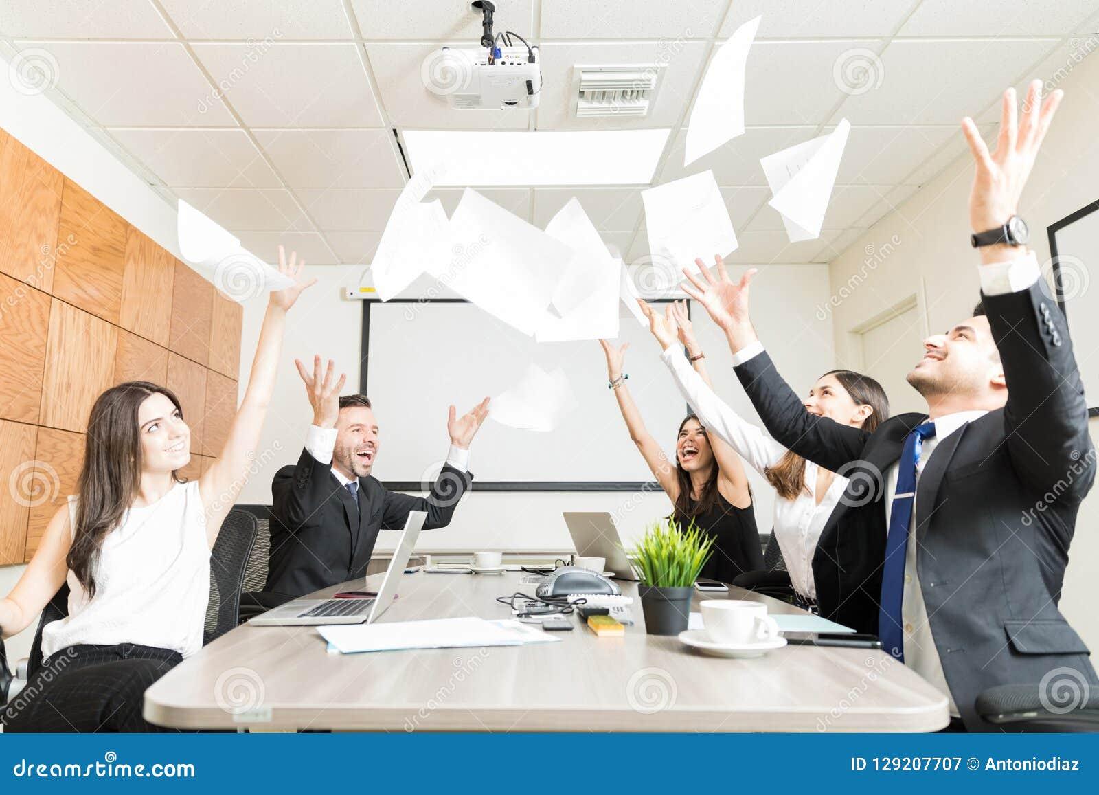 FörsäljningsTeam Enjoying With Documents In kontor