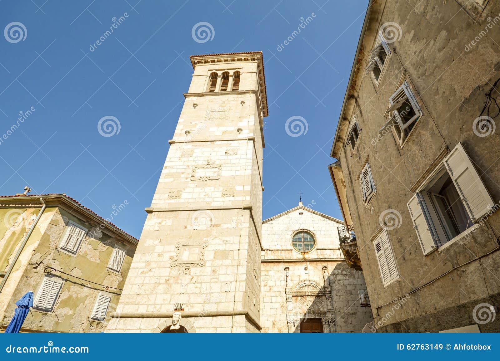 Församlingkyrkan St Mary av den insnöade Cres staden, ö av Cres, Kroatien