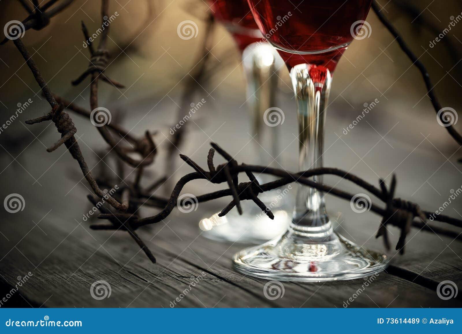 Försett med en hulling rostigt - tråd och exponeringsglas med rött vin