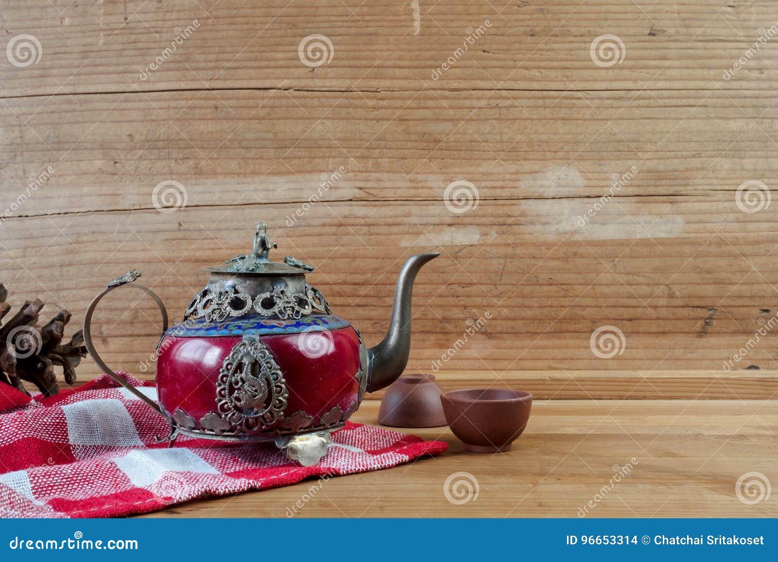 Försilvrar den kinesiska tekannan för tappning som göras av gammal jade, och Tibet med mo