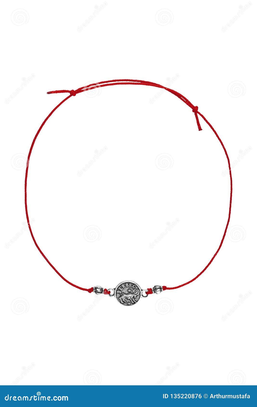 Försilvrar det justerbara armbandet för den röda textilen med det rumänska tecknet för vädurberlockzodiak som isoleras på vit bak