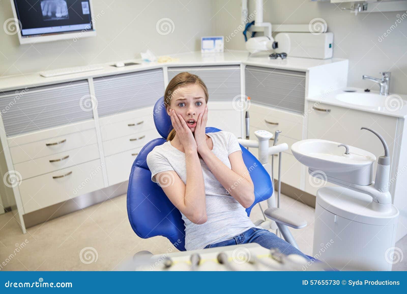 Förskräckt och livrädd tålmodig flicka på den tand- kliniken