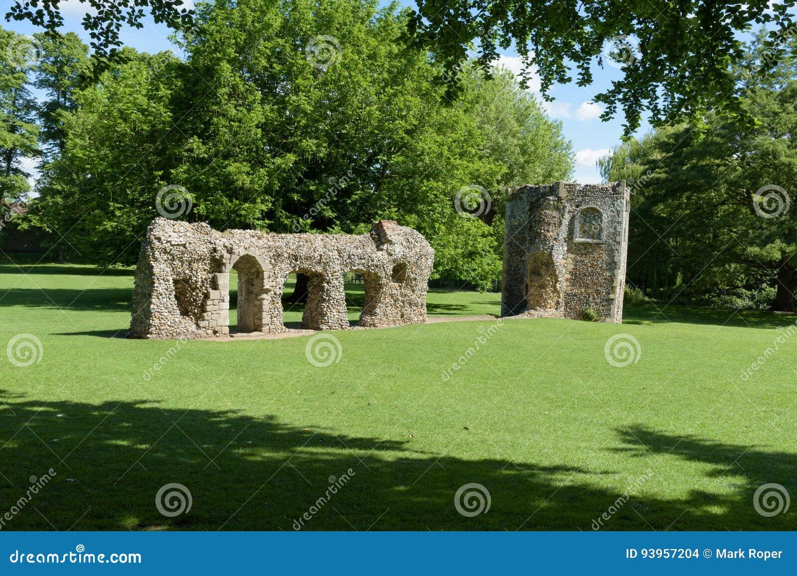 Förstörd vägg och duvslag av den medeltida abbotskloster