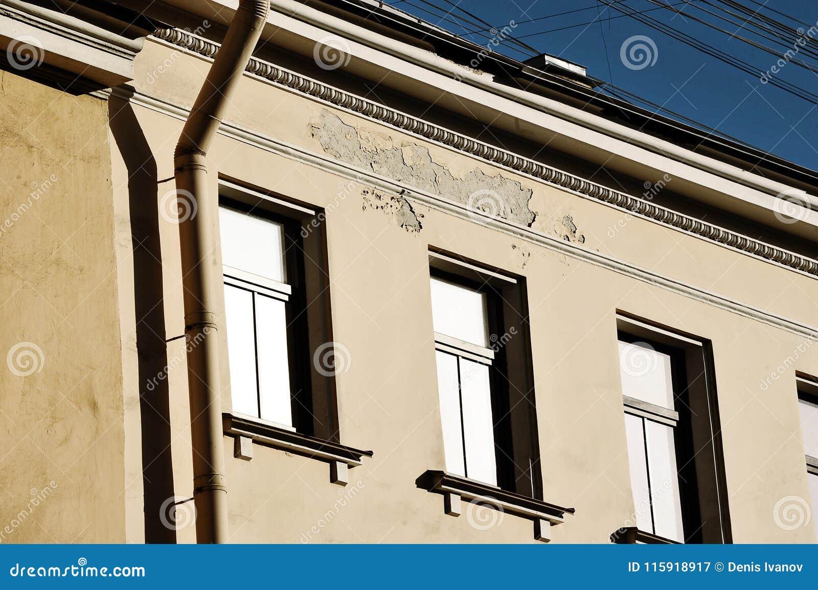 Förstörelse av byggnaden - murbruk flyger av väggen