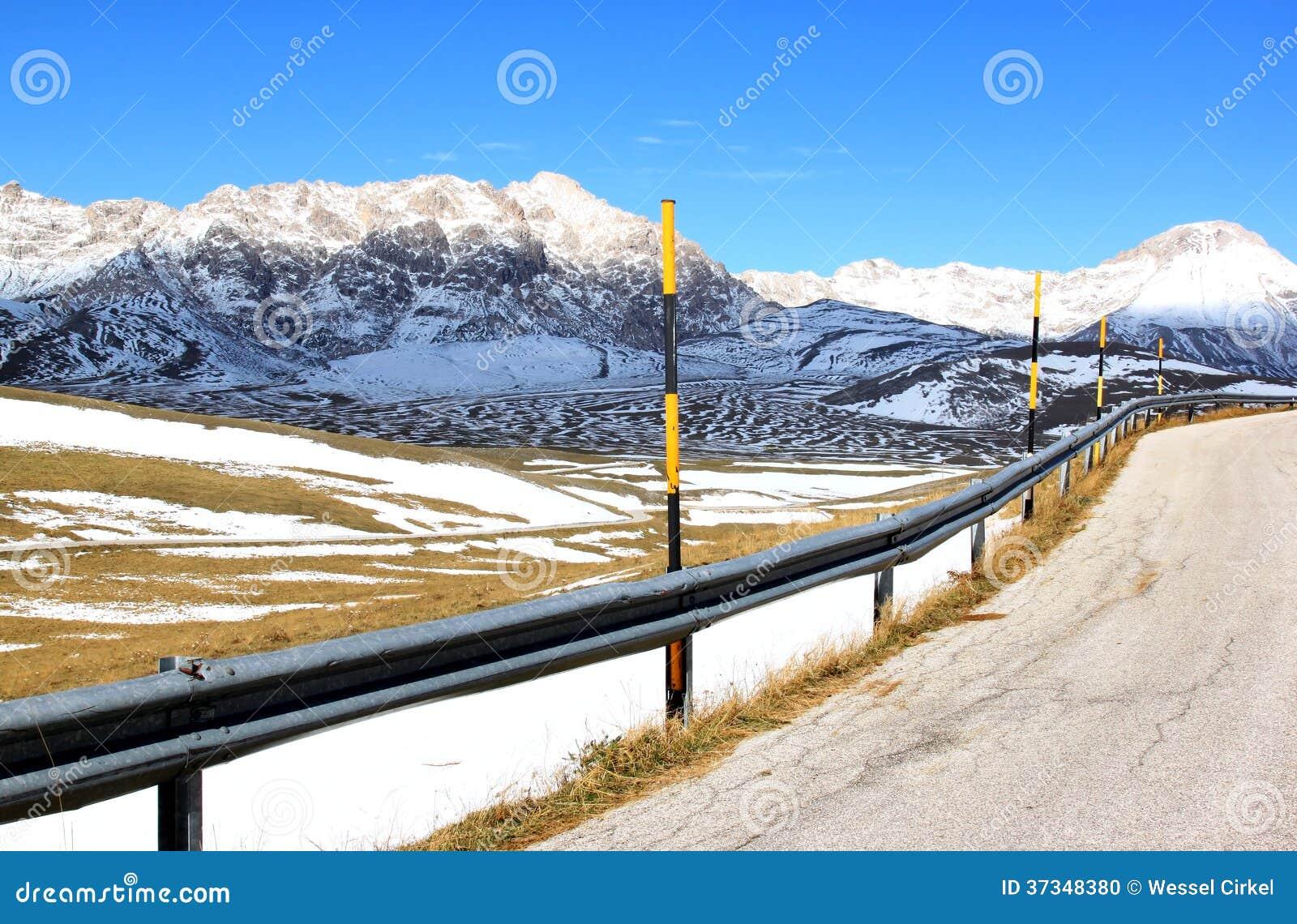 Första insnöade Gran Sasso parkerar, Apennines, Italien
