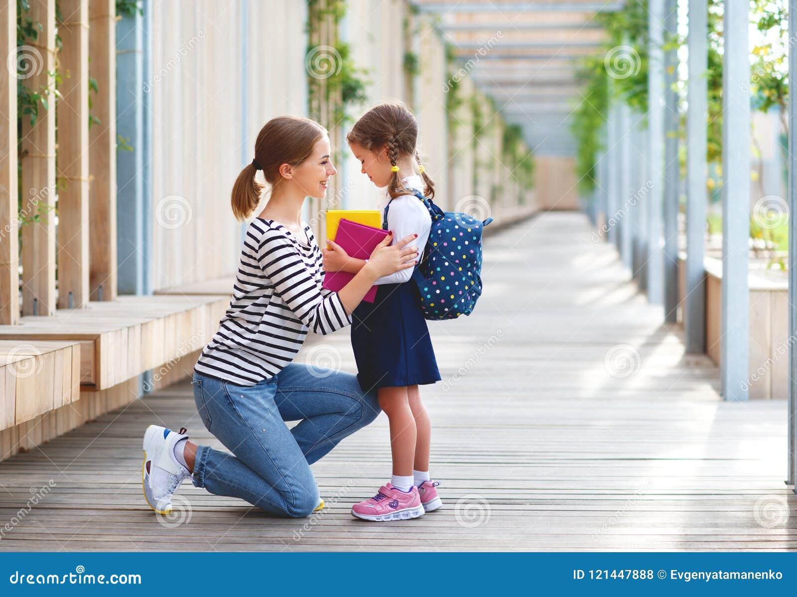Första skola för dag flicka för skola för litet barn för moderblytak i f