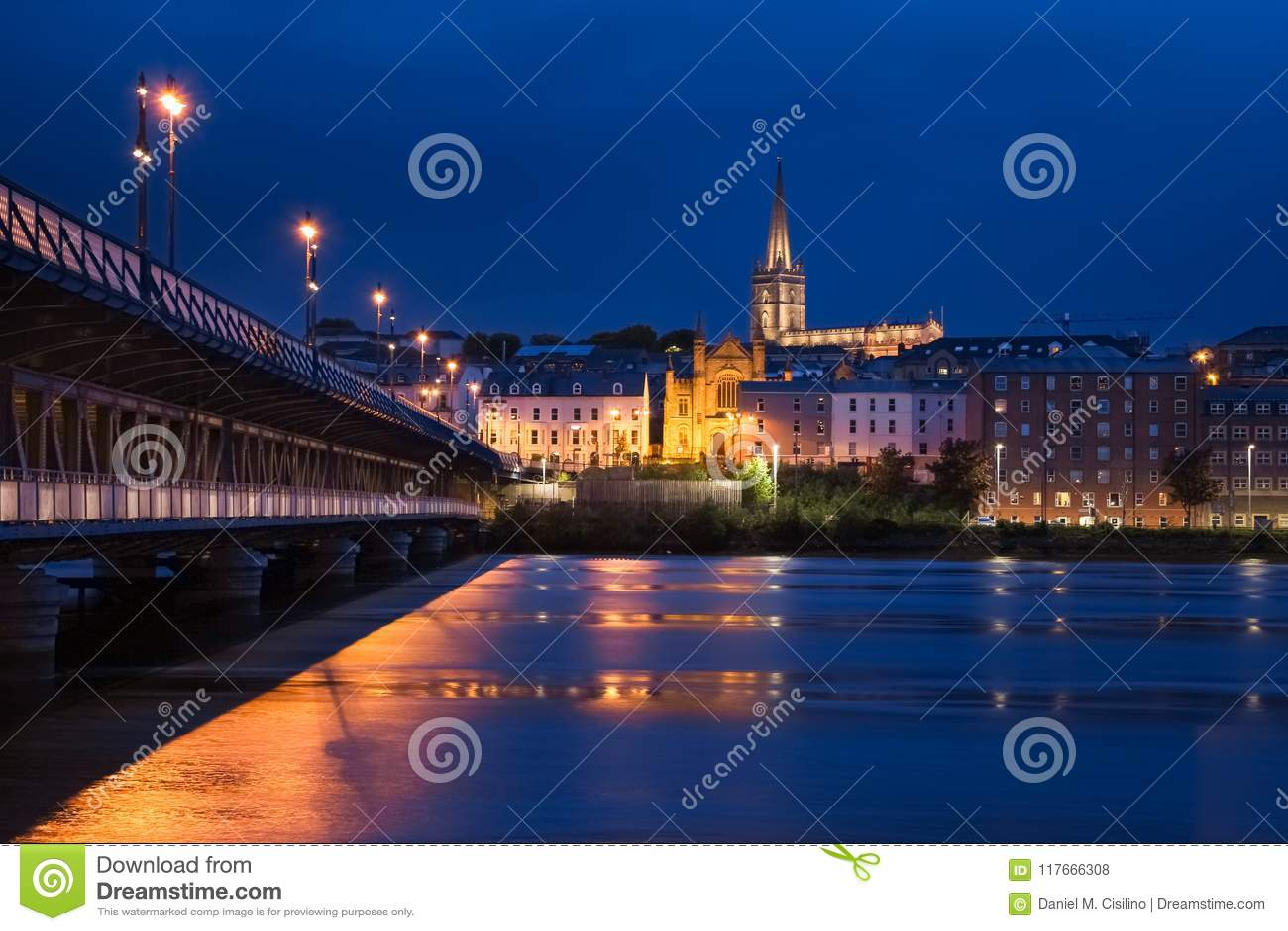 Förtöjd sikt för nattportship Derry Londonderry Nordligt - Irland förenat kungarike