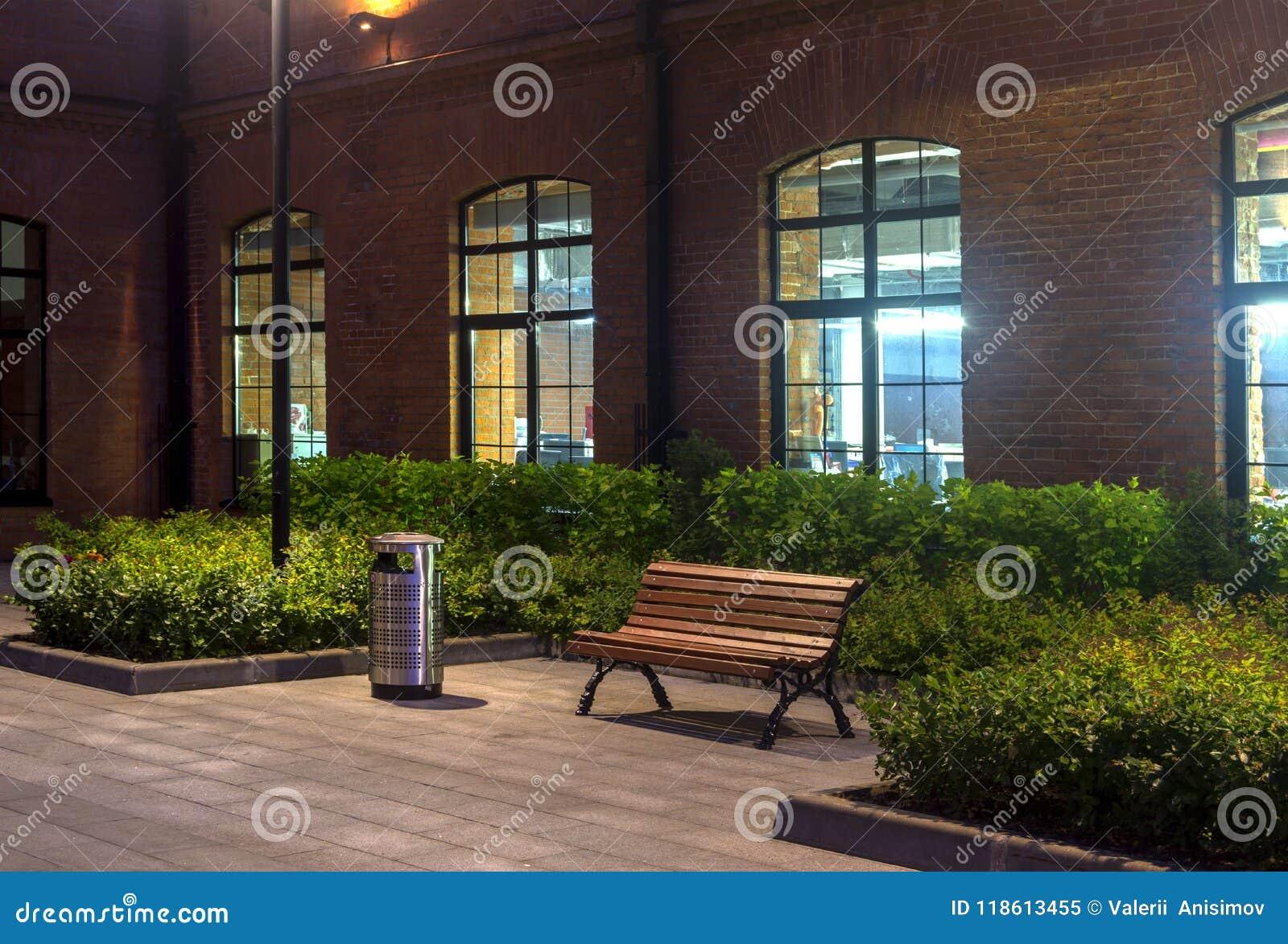 Förtöjd sikt för nattportship industriellt byggande berlin byggnadskontor Töm bänken och urnan Rött tegelstenhus