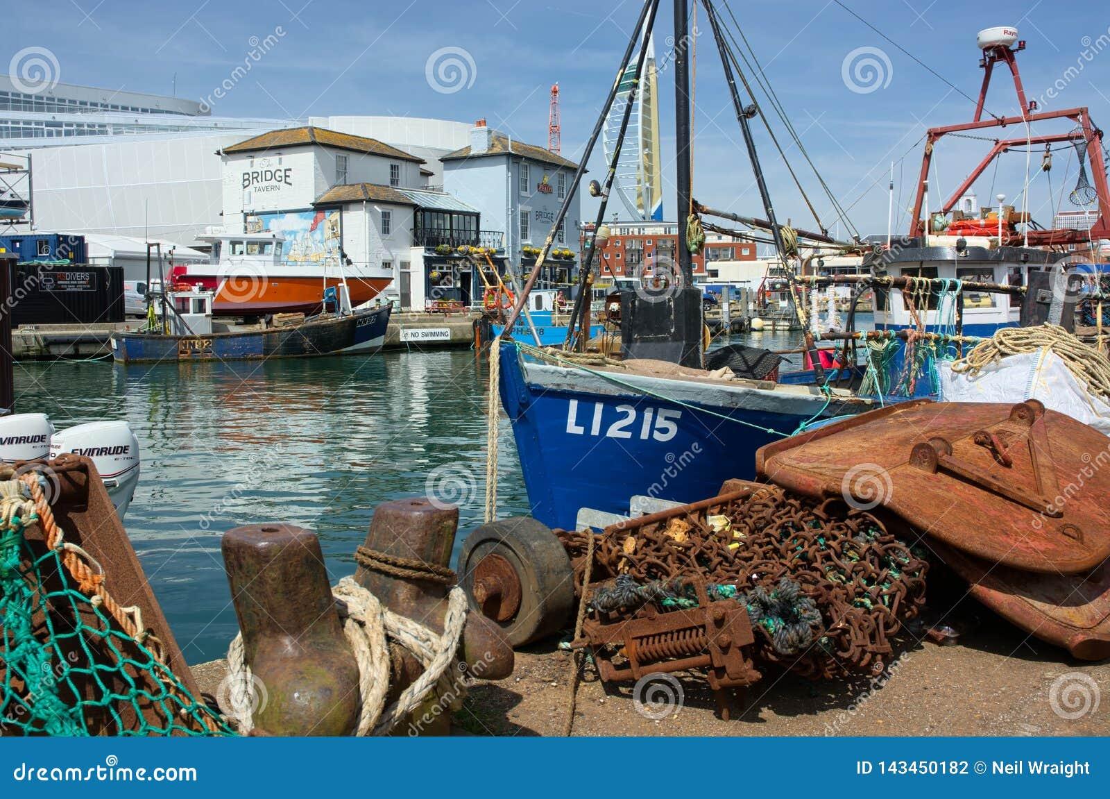 Förtöjde fiskebåtar på kajen Förtjänar & muddra kedjor