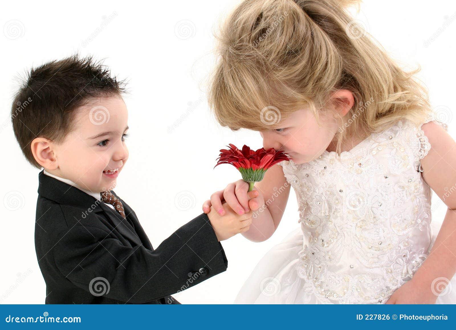 Förtjusande barntusensköna som tillsammans luktar barn