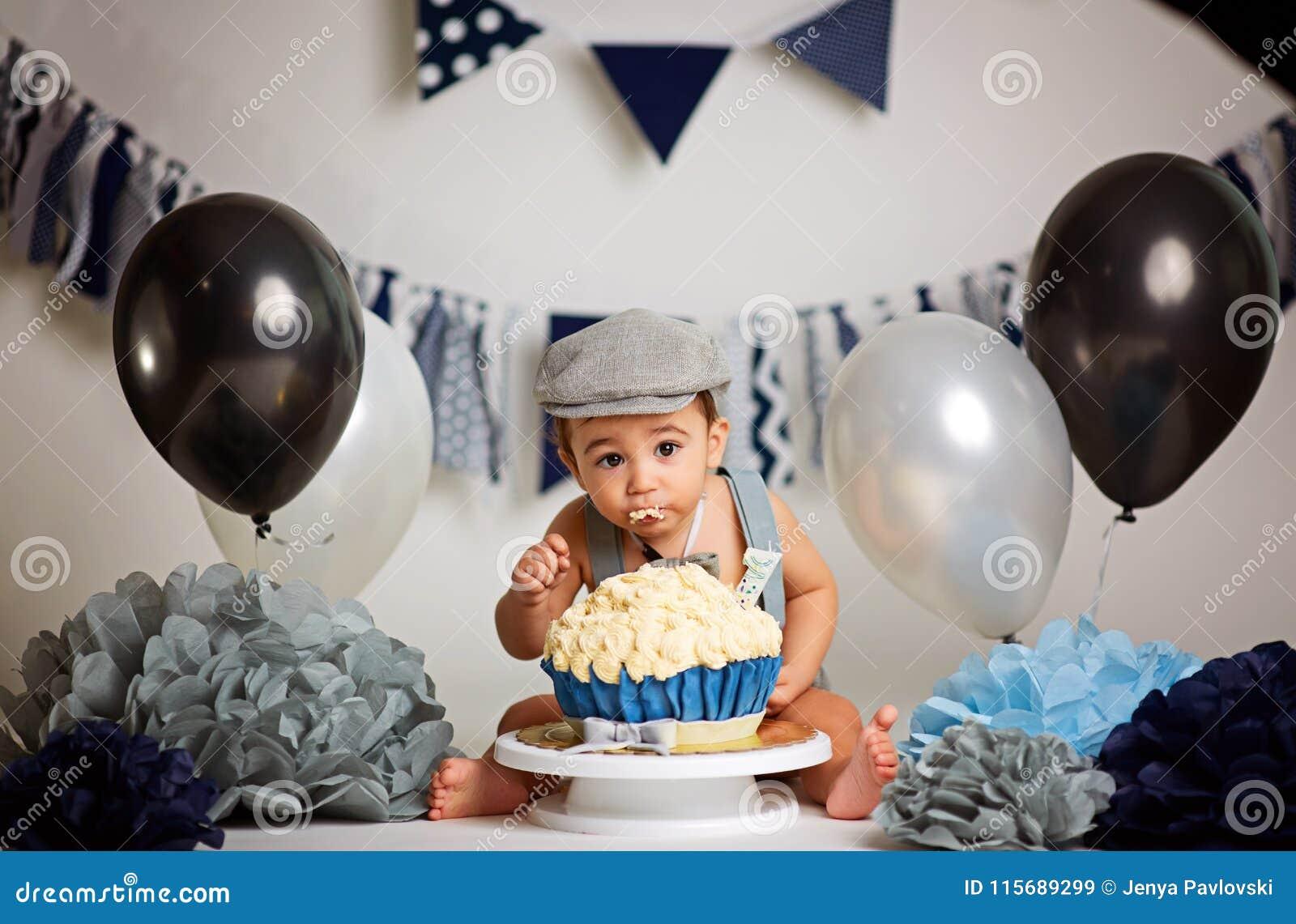 Förtjusande begynnande dundersuccé för kakan för födelsedagen för pojke` s första behandla som ett barn den fantastiska kakan