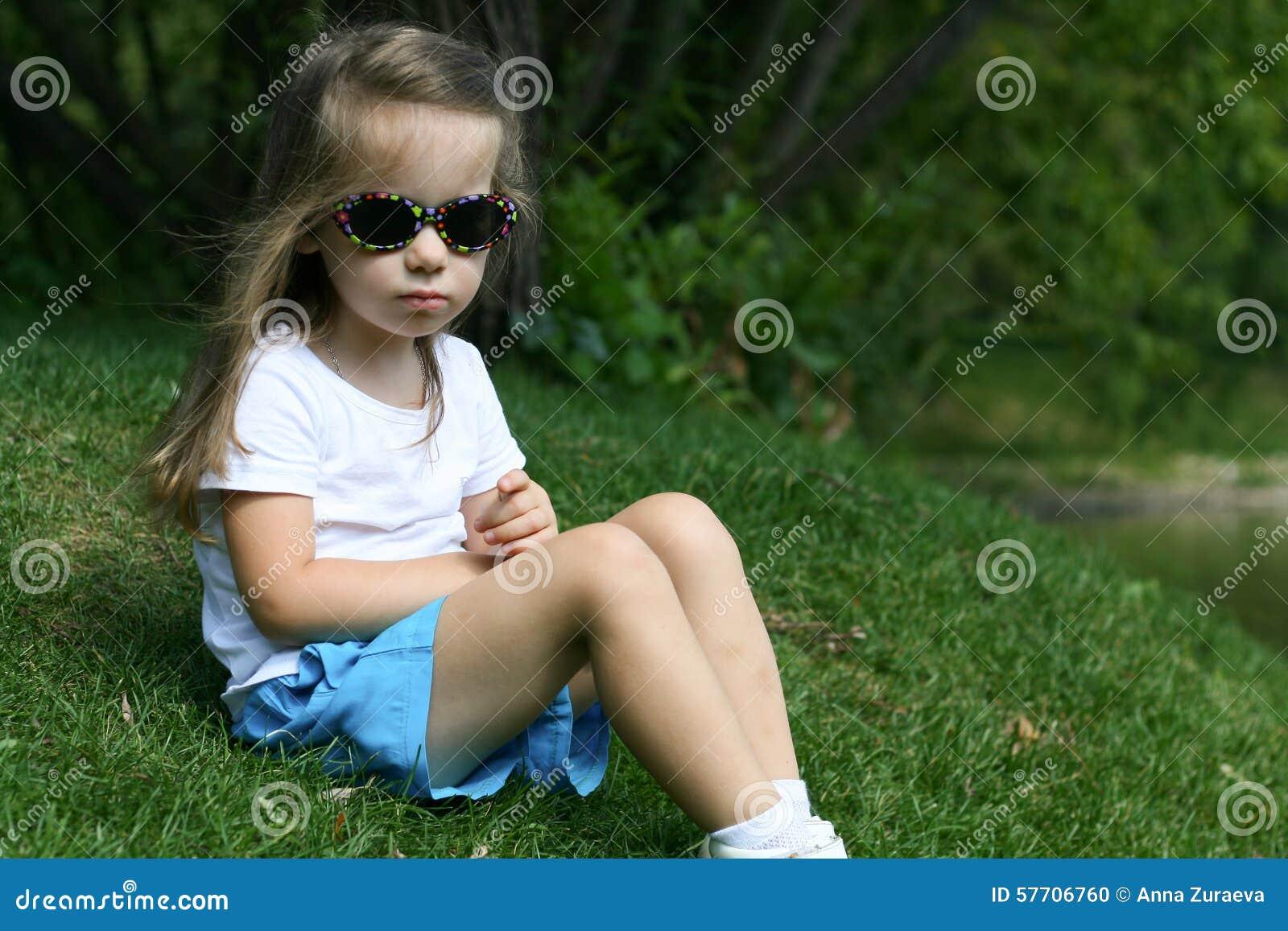 Förtjusande liten flicka i en parkera
